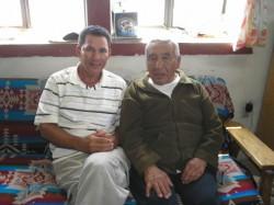 abuelo Saufkie del Clan de los Osos Hopi (derecha) con Rolando Vargas